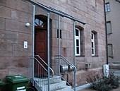 Eingang zur Praxis auf der Gebäuderückseite